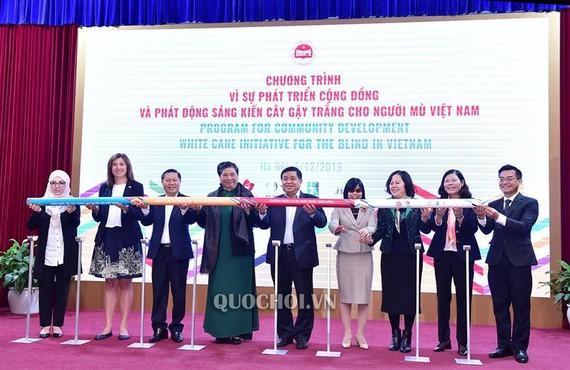Phó Chủ tịch Thường trực Quốc hội Tòng Thị Phóng, Bộ trưởng Bộ Kế hoạch và Đầu tư Nguyễn Chí Dũng cùng các đại biểu phát động sáng kiến cây gậy trắng cho người mù Việt Nam. Ảnh: Quochoi.vn