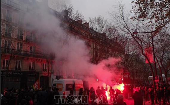 Hàng ngàn người tham gia bãi công phản đối cải cách hưu trí của chính phủ Pháp tại thủ đô Paris, ngày 5-12. Ảnh: THX/TTXVN