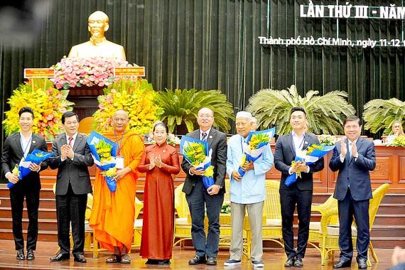 Chủ tịch UBND TPHCM Nguyễn Thành Phong và Phó Bí thư Thành ủy TPHCM Võ Thị Dung với các cá nhân tiêu biểu tham gia giao lưu tại đại hội. Ảnh: NGUYỄN NHÂN