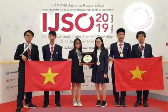 Cả 6 học sinh Việt Nam dự thi Olympic khoa học trẻ quốc tế IJSO 2019 đều đoạt giải. Ảnh: Sở GD-ĐT Hà Nội
