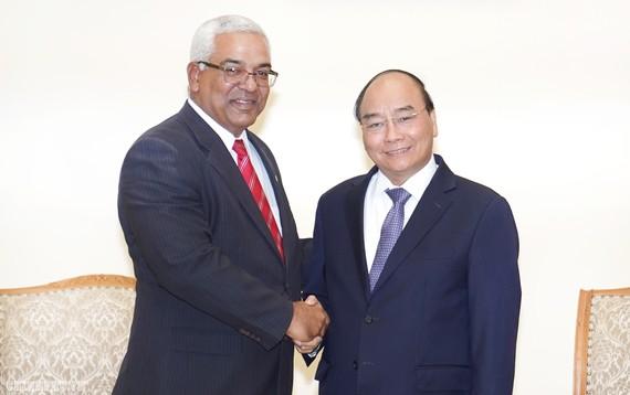 Thủ tướng Chính phủ Nguyễn Xuân Phúc tiếp Bộ trưởng Tư pháp Cuba Oscar Manuel Silvera Martínez. Ảnh: VGP