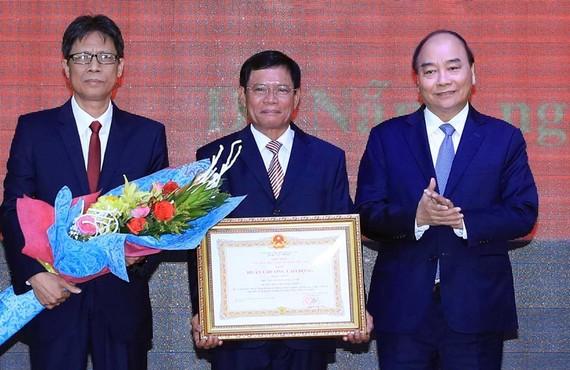 Thủ tướng Nguyễn Xuân Phúc trao Huân chương Lao động hạng nhất của Chủ tịch nước tặng Học viện Chính trị khu vực III. Ảnh: TTXVN