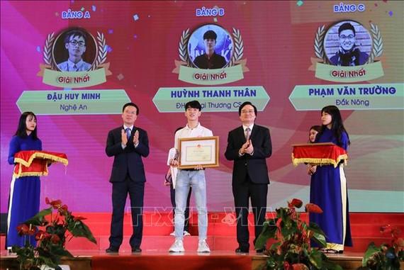 Đồng chí Võ Văn Thưởng, Ủy viên Bộ Chính trị, Bí thư Trung ương Đảng, Trưởng Ban Tuyên giáo Trung ương cùng Bộ trưởng Bộ Giáo dục và Đào tạo Phùng Xuân Nhạ trao giải Nhất cho thí sinh đạt giải. Ảnh: TTXVN