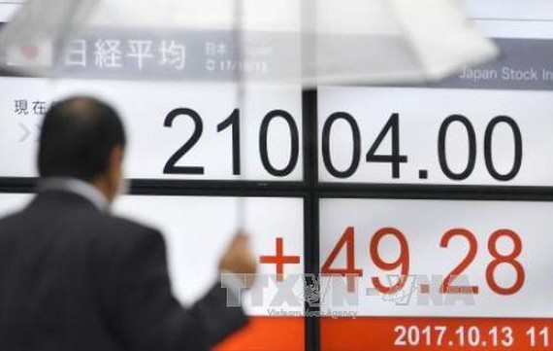 Bảng tỉ giá chứng khoán tại thủ đô Tokyo, Nhật Bản. Ảnh: Kyodo/TTXVN