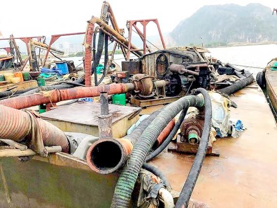 Tang vật và các tàu khai thác cát trái phép bị bắt giữ. Ảnh: TTXVN