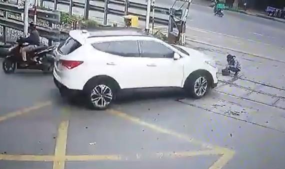 Vụ tai nạn ô tô đâm gãy chân nhân viên đang làm vệ sinh trên mặt đường ngang tuyến đường sắt Bắc - Nam