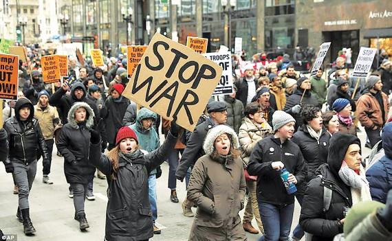 Người dân Mỹ biểu tình lên án cuộc không kích và triển khai 3.000 quân đến Trung Đông