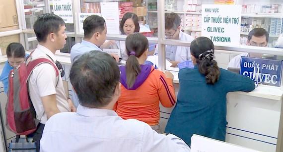 Người dân mua thuốc tại Bệnh viện Truyền máu - Huyết học TPHCM