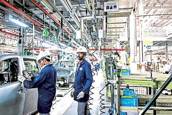 Một nhà máy sản xuất ô tô ở Ấn Độ, điển hình cho các nền kinh tế mới nổi và đang phát triển, có mức tăng trưởng tốt. Ảnh: BLOOMBERG