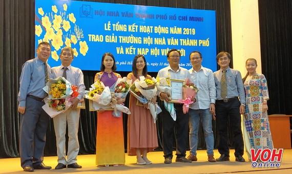 Các tác giả nhận Giải thưởng và Tặng thưởng Hội Nhà văn TPHCM 2019. Ảnh: VOH