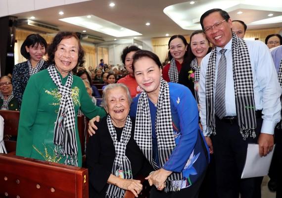 Chủ tịch Quốc hội Nguyễn Thị Kim Ngân ân cần thăm hỏi các ngoại, các dì, các cô là lực lượng của Đội quân tóc dài