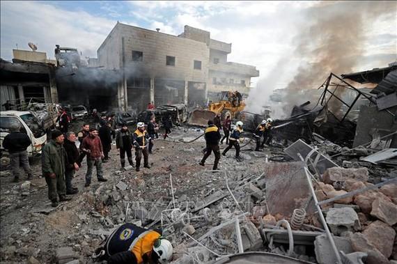 Hiện trường đổ nát sau một vụ không kích tại Idlib, Syria, ngày 15/1/2020. Ảnh: AFP/TTXVN