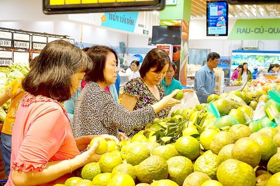 Khách hàng mua trái cây tại hệ thống siêu thị Co.opmart