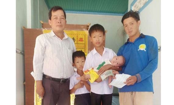 Anh Khang và các con nhận số tiền từ bạn đọc