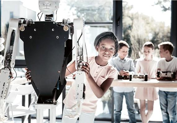 Trẻ em ngày càng tiếp cận sớm các công nghệ mới. Ảnh minh họa của WEF