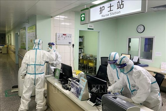 Nhân viên y tế mặc trang phục bảo hộ khi làm việc tại một bệnh viện ở Vũ Hán, tỉnh Hồ Bắc, Trung Quốc ngày 22-1-2020. Ảnh: AFP/TTXVN