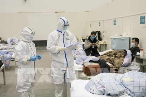 Nhân viên y tế điều trị cho bệnh nhân covid-2019 tại bệnh viện dã chiến ở Vũ Hán, tỉnh Hồ Bắc, Trung Quốc, ngày 10-2-2020. Ảnh: THX/ TTXVN