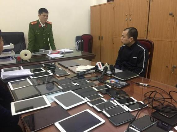 Cơ quan Cảnh sát điều tra Công an quận Cầu Giấy đấu tranh khai thác một trong những đối tượng cầm đầu đường dây đánh bạc qua mạng internet. Ảnh: Báo ANTĐ