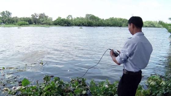 Cán bộ ngành nông nghiệp Hậu GIang đo độ mặn trên sông Cái Lớn