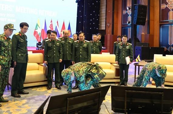 Trung tướng Lê Huy Vịnh kiểm tra công tác bảo đảm y tế, an ninh chuẩn bị cho ADMM Hẹp. Ảnh: mod.gov.vn