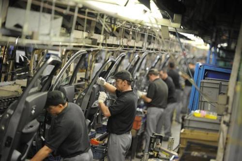 Công nhân làm việc trong nhà máy sản xuất ô tô tại Anh. Ảnh: Reuters