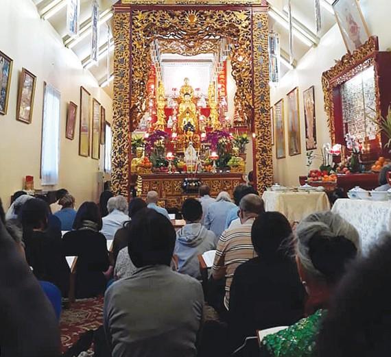 Người Việt đến lễ chùa Quan Âm