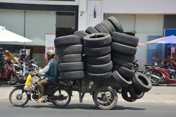 Xe máy kéo rơ moóc chở hàng cồng kềnh, quá tải chạy trên đường Phan Văn Trị, quận Gò Vấp