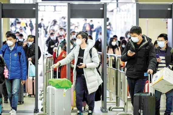 Người dân Vũ Hán, Trung Quốc đến ga tàu điện ngầm