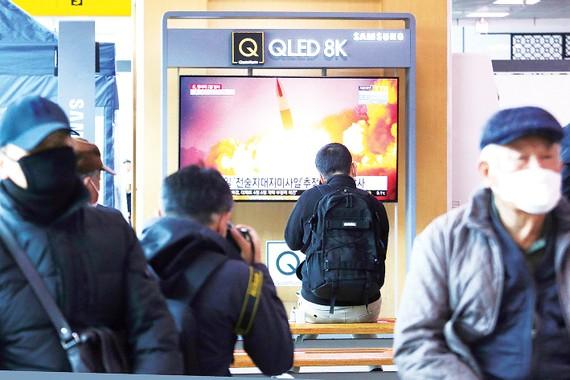 Người dân Hàn Quốc theo dõi thông tin vụ phóng tên lửa của Triều Tiên