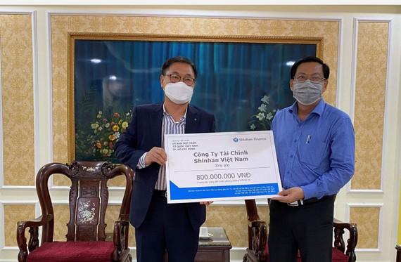 Shinhan Finance trao biểu trưng số tiền đóng góp 800 triệu đồng cho ông Trần Hữu Phước - Đại diện Ủy ban Mặt trận Tổ quốc Việt Nam TPHCM ngày 31-3-2020