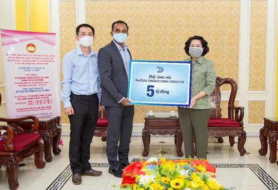 Bà Tô Thị Bích Châu, Chủ tịch Ủy ban MTTQ Việt Nam TPHCM, tiếp nhận ủng hộ từ P&G Việt Nam
