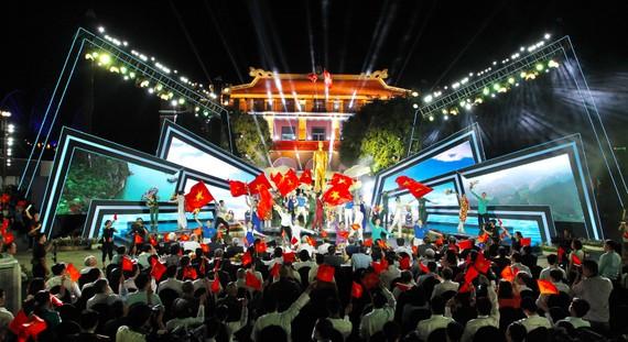 Biểu diễn nghệ thuật ở điểm cầu Bảo tàng Hồ Chí Minh chi nhánh TPHCM. Ảnh: HOÀNG HÙNG
