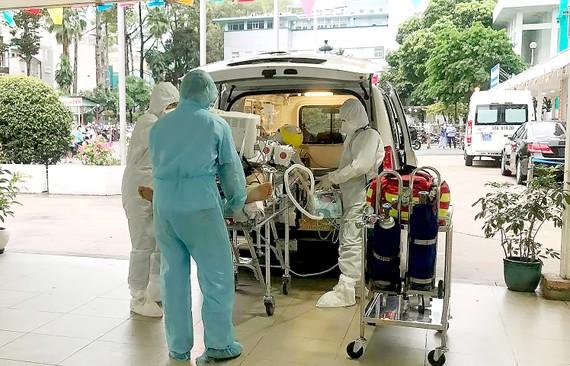Các bác sĩ Bệnh viện Chợ Rẫy đưa bệnh nhân thứ 91 về phòng điều trị