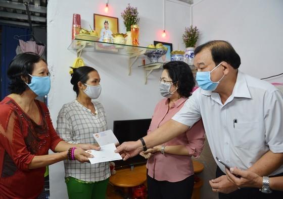Chủ tịch Ủy ban MTTQ Việt Nam TPHCM Tô Thị Bích Châu và Giám đốc Sở  LĐTB-XH TPHCM Lê Minh Tấn trao quà tới người dân gặp khó khăn bởi dịch Covid-19  tại quận Phú Nhuận vào ngày 7-4. Ảnh: VIỆT DŨNG