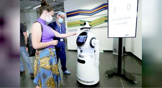 Robot tiếp tân giảm nguy cơ lây nhiễm Covid-19