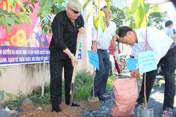 Ông Kevin Moore, Giám đốc điều hành VWS cùng trồng cây hưởng ứng Ngày môi trường thế giới