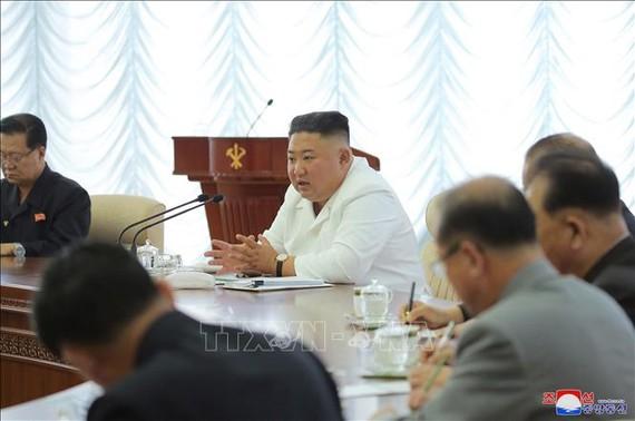 Nhà lãnh đạo Kim Jong-un (thứ 2, trái sang) chủ trì hội nghị lần thứ 13 của Bộ Chính trị đảng Lao động Triều Tiên ở Bình Nhưỡng ngày 7/6/2020. Ảnh: YONHAP/TTXVN