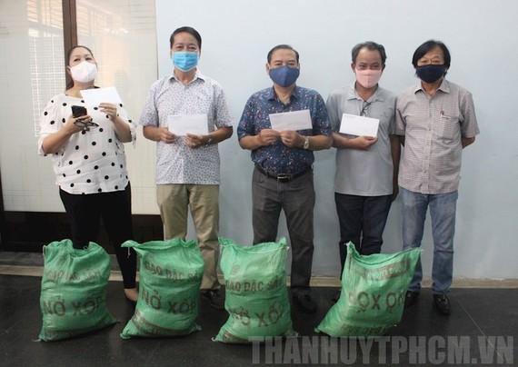 Các đơn vị sân khấu xã hội hóa nhận hỗ trợ từ Ban Ái hữu Nghệ sĩ (Hội Sân khấu TPHCM) ngày 24-4. Ảnh: hcmcpv