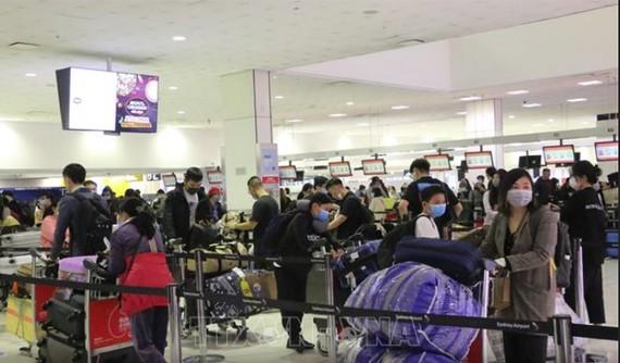 Công dân Việt Nam xếp hàng làm thủ tục lên máy bay tại sân bay quốc tế Sydney để khởi hành về nước, ngày 3-7-2020. Ảnh: TTXVN