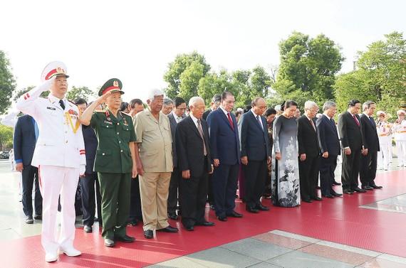 Lãnh đạo Đảng, Nhà nước dự lễ tưởng niệm các Anh hùng liệt sĩ tại Đài tưởng niệm các Anh hùng liệt sĩ (đường Bắc Sơn, Hà Nội). Ảnh: QUANG PHÚC