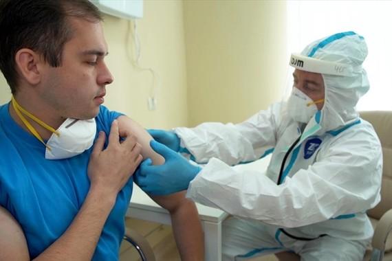 Thử nghiệm tiêm vaccine Covid-19 cho một tình nguyện viên Nga. Ảnh: Bộ Quốc phòng Nga/Ria Novosti