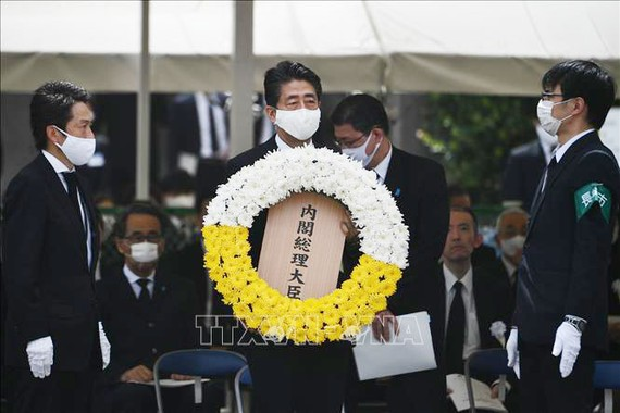 Thủ tướng Nhật Bản Shinzo Abe đặt vòng hoa trong lễ tưởng niệm 75 năm Mỹ ném bom nguyên tử xuống thành phố Nagasaki, tại Công viên Hòa Bình của thành phố này ngày 9-8-2020. Ảnh: AFP/TTXVN