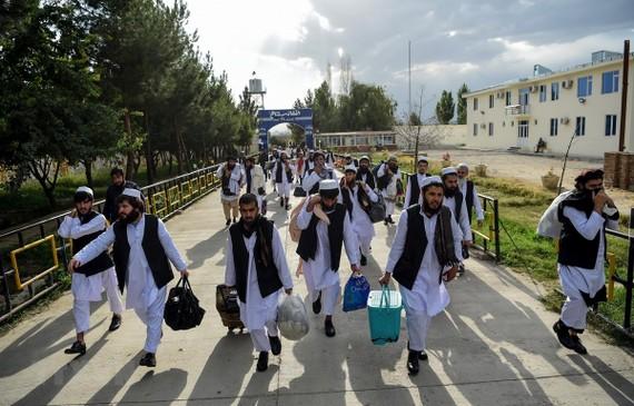 Các tù nhân Taliban được phóng thích khỏi nhà tù Pul-e-Charkhi ở ngoại ô thủ đô Kabul, Afghanistan ngày 31-7-2020. Ảnh: AFP/TTXVN