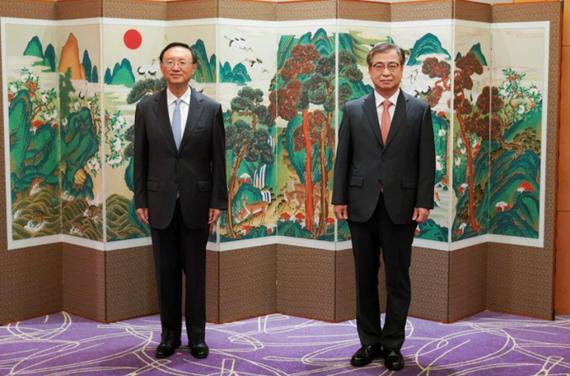 Ông Dương Khiết Trì và ông Suh Hoon. Ảnh: AP