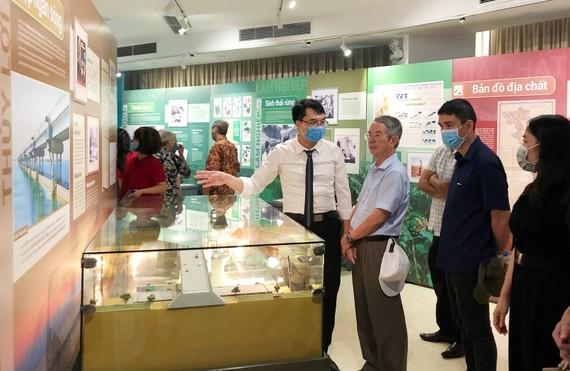 Khu trưng bày 14 công trình được trao giải thưởng Hồ Chí Minh của các nhà khoa học Việt Nam thu hút đông đảo người xem