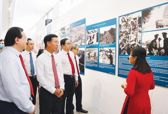 Trưởng ban Tuyên giáo Trung ương Võ Văn Thưởng và Chủ tịch Ủy ban Trung ương MTTQ Việt Nam Trần Thanh Mẫn cùng các đại biểu tham quan triển lãm