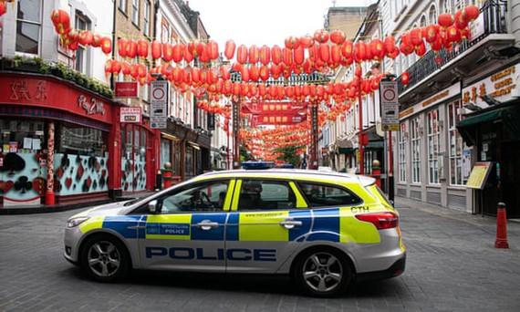 Xe cảnh sát đỗ tại khu phố người Hoa ở London, Anh trong cuộc khủng hoảng COVID-19. Ảnh: Shutterstock