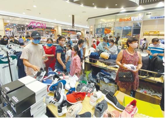 Người dân mua sắm tại siêu thị AEON Mall Bình Tân, TPHCM dịp lễ 2-9. Ảnh: CAO THĂNG