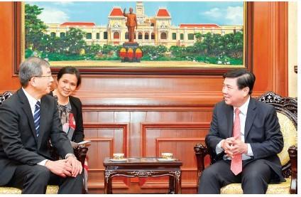 Chủ tịch UBND TPHCM Nguyễn Thành Phong tiếp tân Tổng lãnh sự Nhật Bản Watanabe Nobuhiro. Ảnh:  VIỆT DŨNG