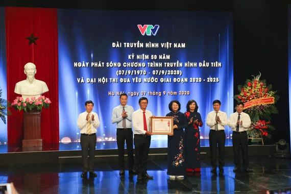Thay mặt lãnh đạo Đảng, Nhà nước, Phó Chủ tịch nước Đặng Thị Ngọc Thịnh trao Huân chương Lao động hạng nhất cho tập thể Đài Truyền hình Việt Nam. Ảnh: VTV